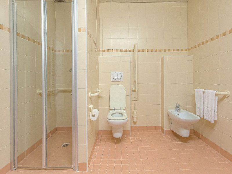 un bagno attrezzato per persone non autosufficienti