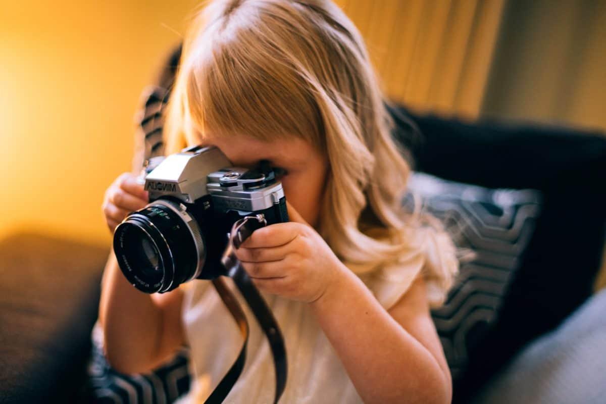 bimba con macchina fotografica